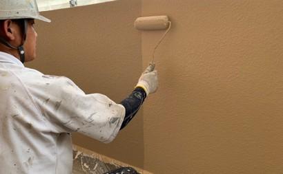 愛知県西三河東三河西尾市マンション塗替え外壁超低汚染遮熱シリコン塗装ミッドビスケット施工写真上塗り