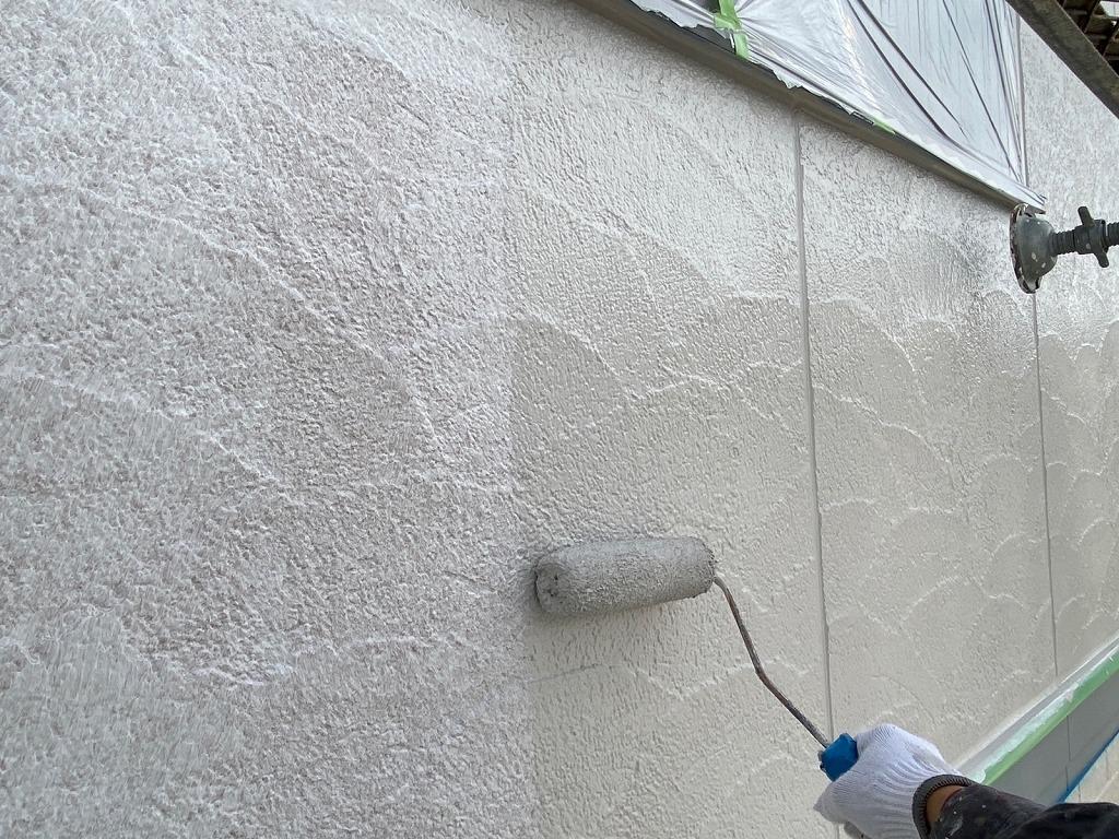 外壁塗装の中塗りをしています